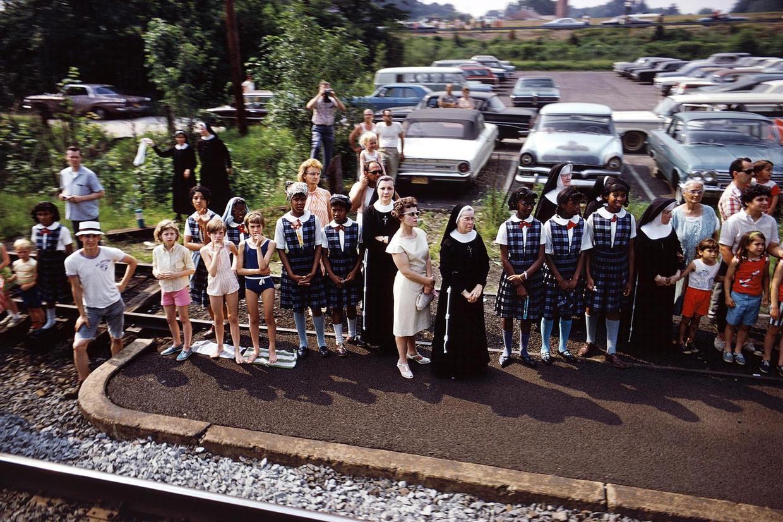 Een van de foto's die Paul Fusco nam vanaf de 'funeral train'. Beeld Paul Fusco