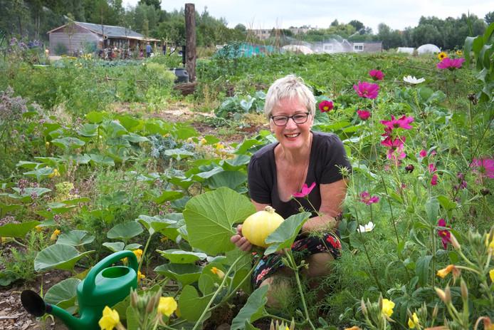 Gerdie Egberts, een van de vrijwilligers van Stadslandbouw Mooieweg in Arnhem-Zuid, temidden van de planten.
