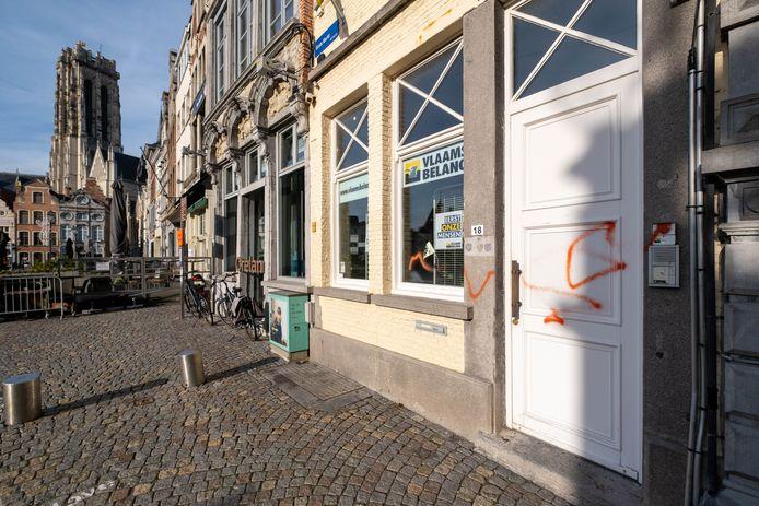 Het secretariaat van Vlaams Belang op de Grote Markt werd beklad