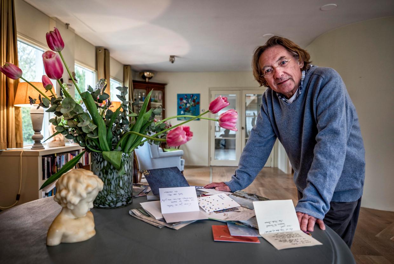 Jos Pielage bekijkt thuis zijn beterschapskaarten. Sinds donderdag is hij in zijn woning aan het herstellen. 'Een reis naar de bovenverdieping moet ik echt plannen.' Beeld null