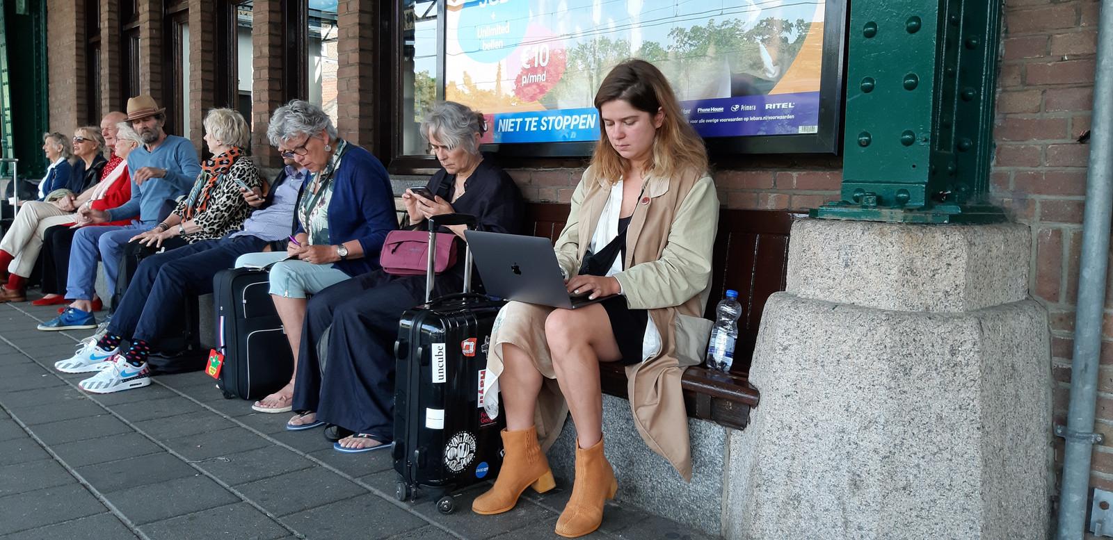 Verena Michels wacht in Deventer op de trein naar 'die Heimat'.