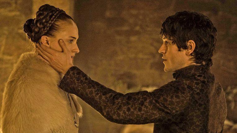 Sansa (links) en Ramsey vlak voor de verkrachtingsscène.