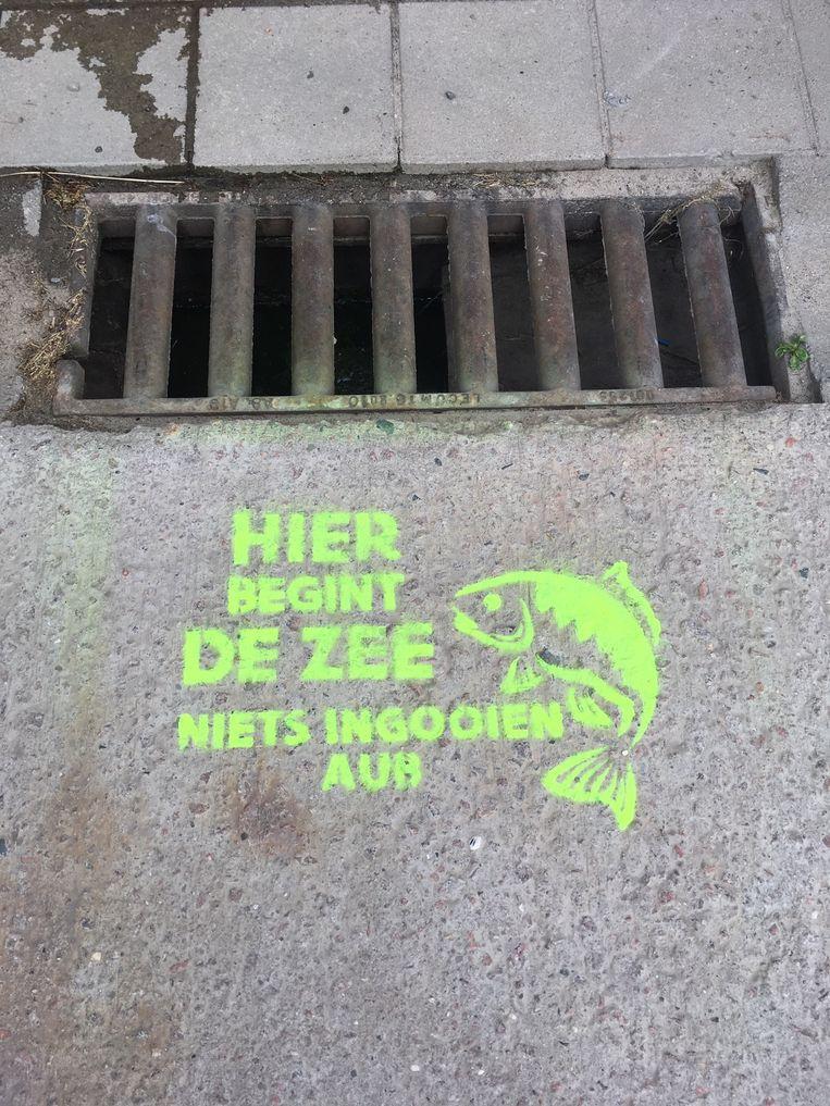 Rioolputjes die verstopt zitten met hondenpoepzakjes worden voortaan voorzien van deze slogan