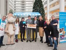 Hagenaars eten duizenden euro's aan oliebollen bij elkaar voor Unicef