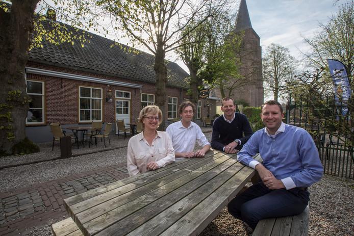 De nieuwe eigenaren van de Oude Toren met de voormalige eigenaresse Karin Visschers