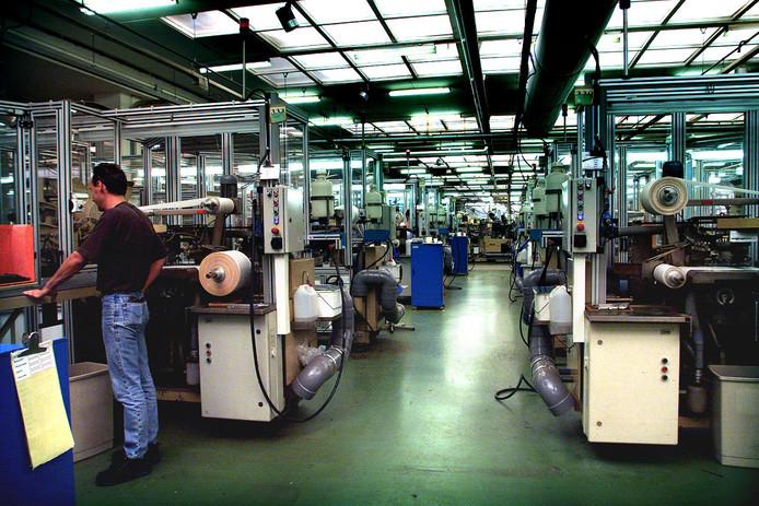 Historische foto van de fabriekshal van de Veenendaalse Ritmeester sigarenfabriek.