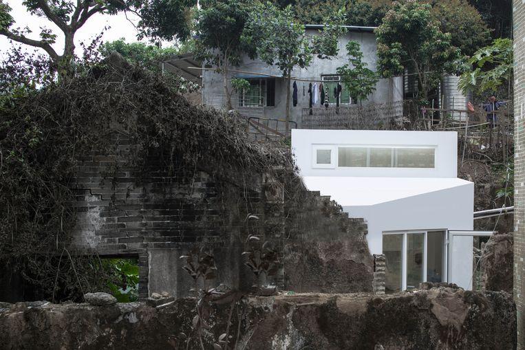 Huis achter de gevel van een ruïne in Shenzhen (China) door People's Architecture Office.