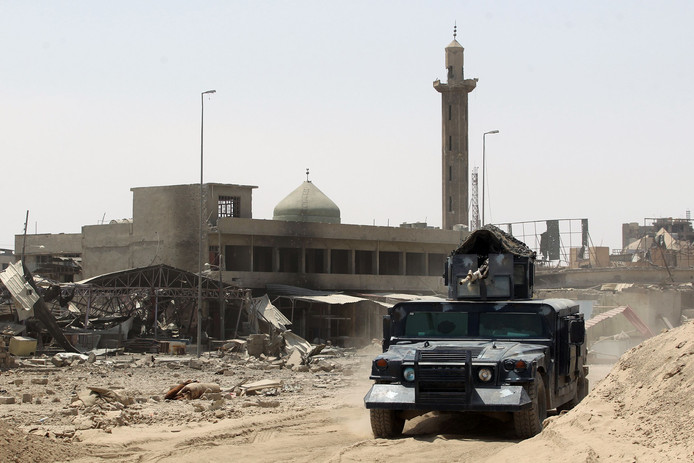 Leden van het Iraakse leger rijden door Mosul, waar IS zojuist verslagen is