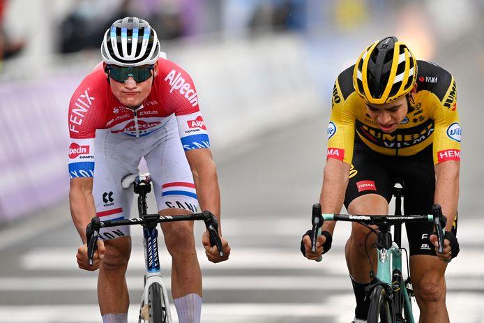 Mathieu van der Poel en Wout van Aert vlak na de sprint in de Ronde van Vlaanderen.