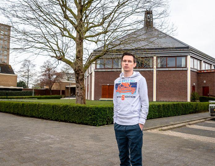Leon Houtzager voor de Mieraskerk in Krimpen aan den IJssel.