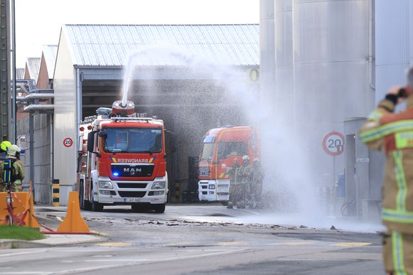 De brandweer spoot de brokstukken met asbesthoudend materiaal nat zodat het stof niet kon opwaaien.