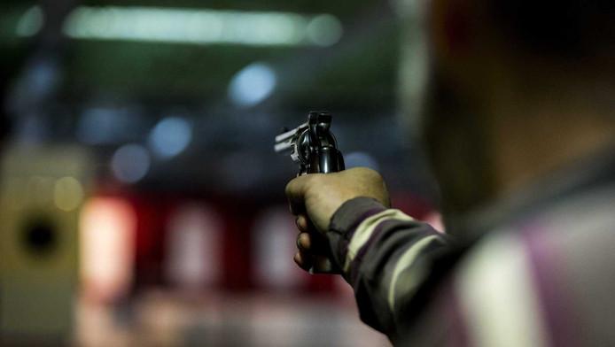 Een man schiet met een revolver op een schietbaan van schietsportvereniging SV 't Groene Hart