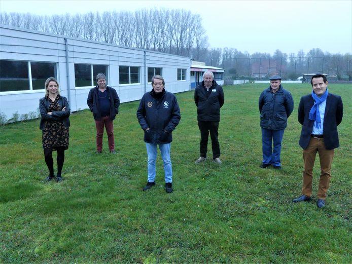 Toekomstig sportschepen Sofie D'hondt, huidig sportschepen Norbert De Mey en een deel van het bestuur van VVE Hansbeke met Wim Maebe, Karel Van Renterghem, Willy Standaert en Jozef Boone.