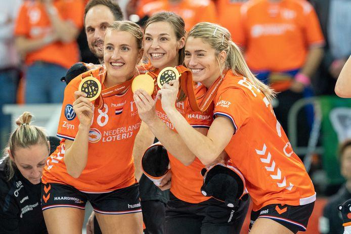 Estavana Polman (rechts) viert de overwinning op Spanje in de finale van het Wereld Kampioenschap: 'Weet je wat nu zo gek is? Het voelt nog steeds raar om te zeggen dat ik wereldkampioen ben.'