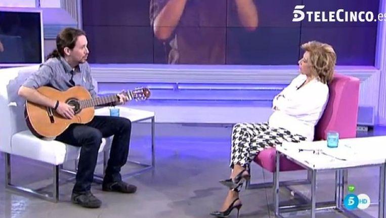 Pablo Iglesias speelt slaapliedje voor televisiepresentatrice Teresa Campos Beeld null