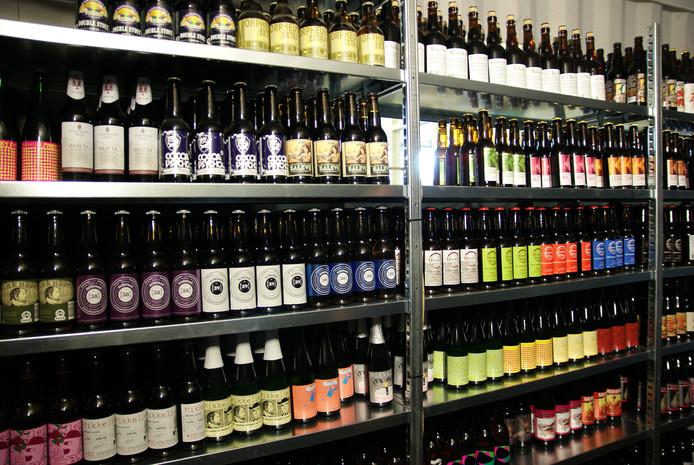 Tientallen soorten bier die geschonken worden in het bierproeflokaal van de Kaapse Brouwers.