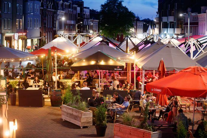 De Oude Markt in Roosendaal eind juni. Bezoekers hielden toen (nog) goed afstand.
