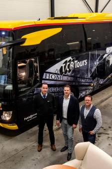 Leren bekleding en handgemaakte keuken: neem een kijkje in de nieuwe spelersbus van Go Ahead Eagles