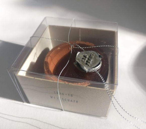 Een voorbeeld van een afgestempeld potje klei, van kunstenares Griet Dobbels. Ook Antwerpen krijgt nu zo'n object cadeau.