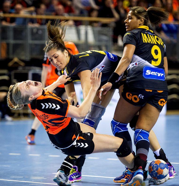 Danick Snelder in actie tegen Lara Gonzales Ortega tijdens het EK-kwalificatieduel tegen Spanje. Beeld null