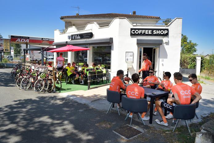 De renners van Lotto Soudal, Trek-Segafredo en CCC hebben tijd voor een terrasje.