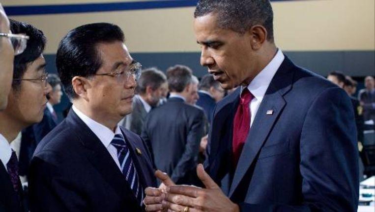 De Amerikaanse president Obama (r) en de Chinese president Hu Jintao tijdens G20 in Pittsburgh. (EPA) Beeld
