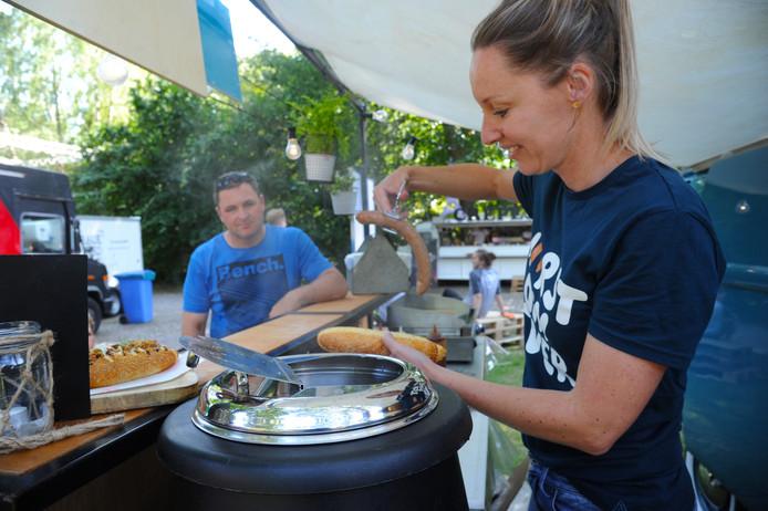 Adrienne Krijnen bereidt een 'culinaire hotdog'.
