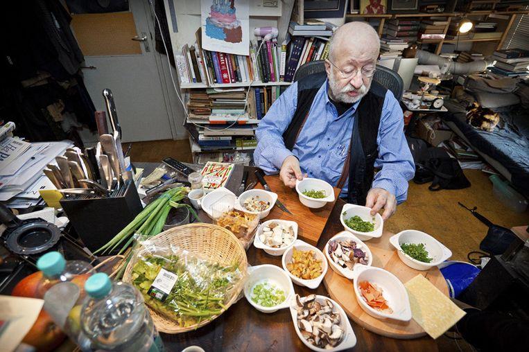 Johannes van Dam Johannes maakt pasteitjes met paddenstoelenragout en verse kruiden. © Marc Driessen Beeld