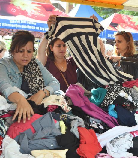 Kledingbank Zeeland verkoopt kleren vanuit de fruitkraam