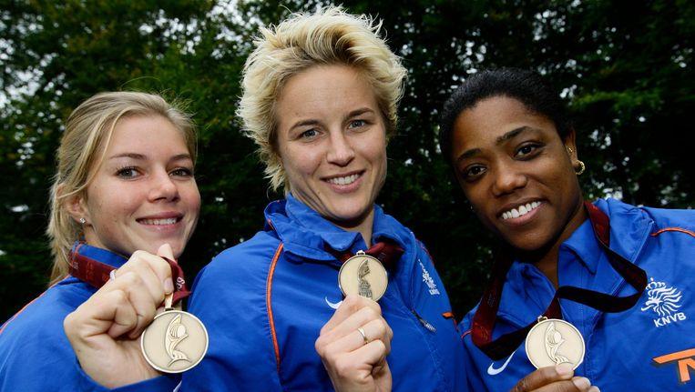 e voetbalsters Anouk Hoogendijk (L) Daphne Koster (M) en Dyanne Bito (R) poseren maandag met hun bronzen medailles in 2009 Beeld anp