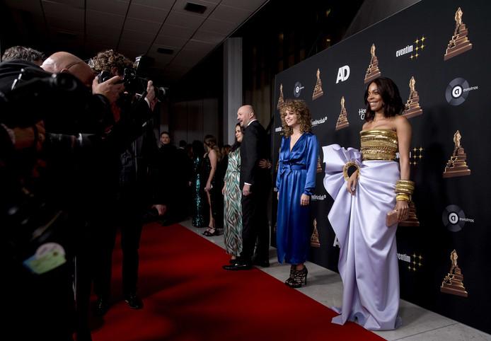 Carolina Dijkhuizen (rechts) op de rode loper voorafgaand aan de uitreiking van het Musical Awards Gala 2020 in het RAI Theater in Amsterdam.