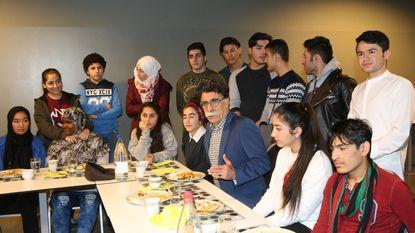 OKAN-leerlingen koken voor schrijver Kader Abdolah (63)