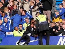 Conte doet 'stage dive' na bevrijdende 3-2 Chelsea