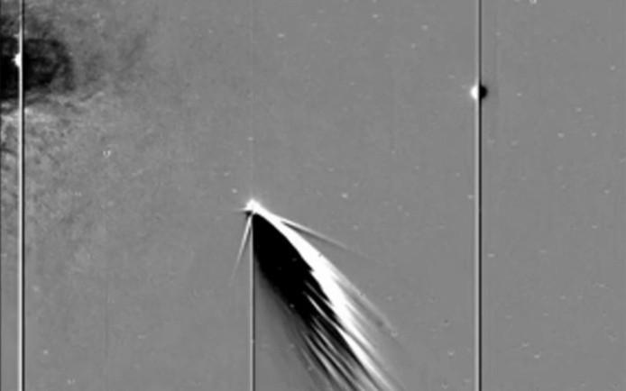 Op de foto links Mercurius, in het midden de komeet en rechts op de streep de aarde.