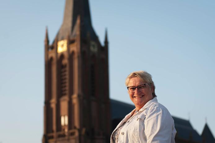 Rosa van Oldeniel is een van de organisatoren van de Raalter Dorpsquiz. Op de foto staat ze aan de voet van de toren van de Basiliek van de Heilige Kruisverheffing.