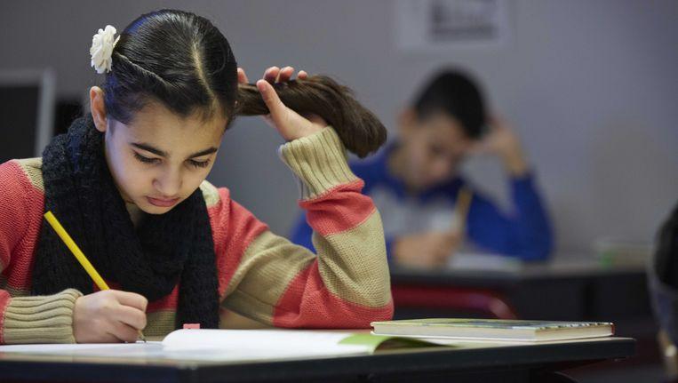 Een leerling van de Prinses Marijkeschool buigt zich over de opgaven van de Cito-toets. Beeld ANP