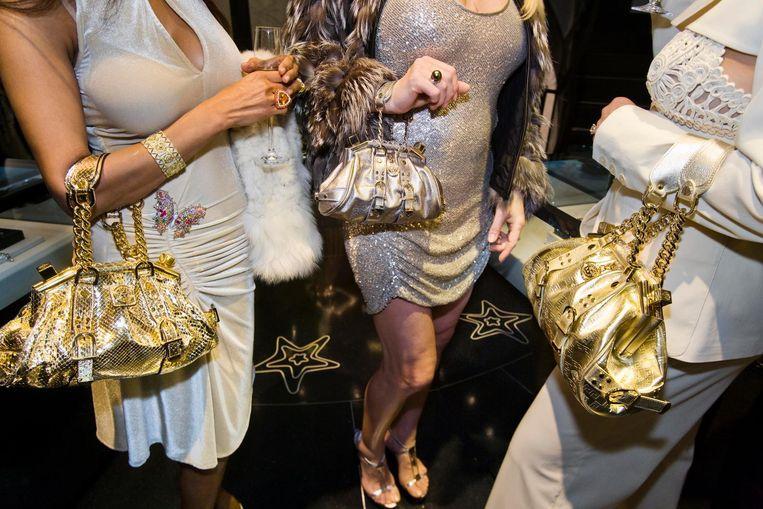Jackie (41) en vriendinnen tijdens de opening van een Versace-winkel in Beverly Hills, 2007. Beeld Lauren Greenfield/INSTITUTE