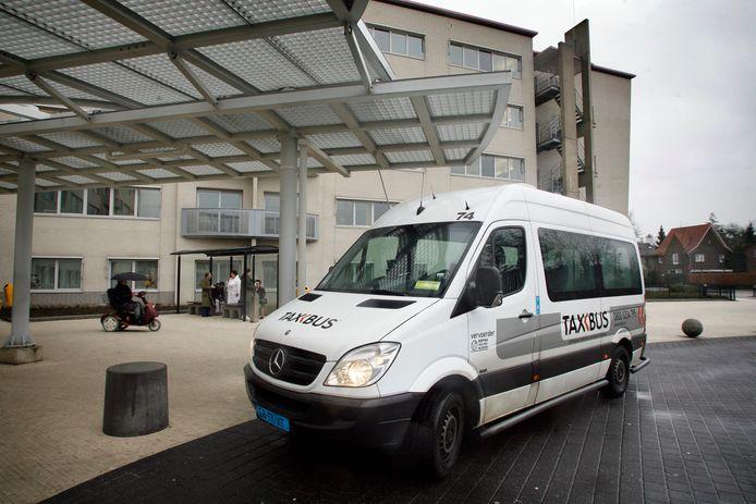 Een Taxbus voor het Elkerliek Ziekenhuis in Helmond (archieffoto).