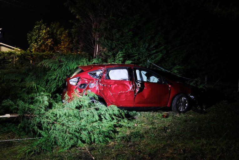 De auto belandde in een weiland en was zwaar beschadigd. De bestuurder liep een bloedneus op.