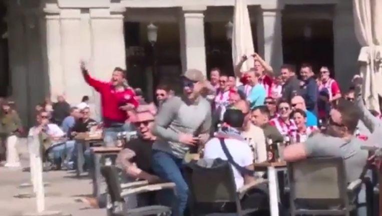 PSV-supporters op het Plaza Mayor in Madrid Beeld null