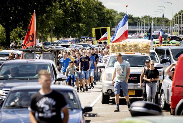 Boeren demonstreren in de buurt van het Rijksinstituut voor Volksgezondheid en Milieu (RIVM).