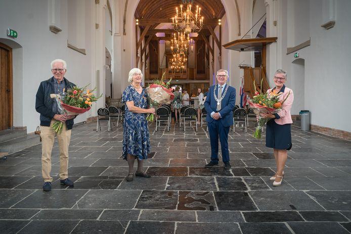 Burgemeester Geert van Rumund poseert met de drie nieuwe Wageningse lintjesdragers.