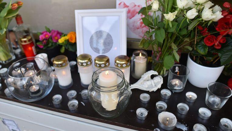 Bloemen en kaarsen voor de slachtoffers van de vliegramp Beeld afp