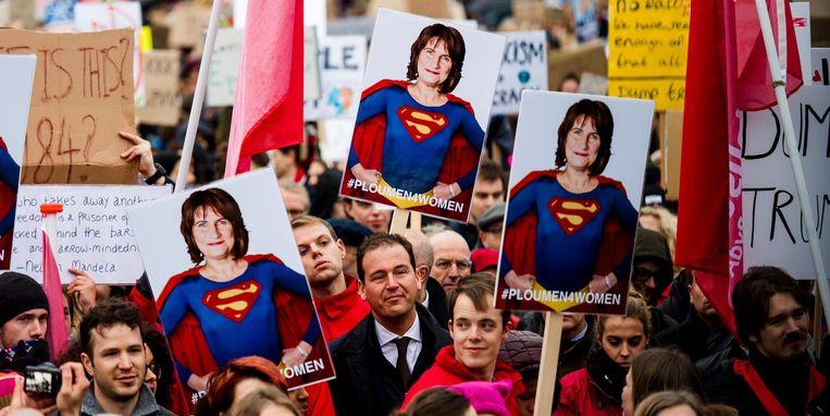 Minister Lodewijk Asscher van Sociale Zaken staat tussen de demonstranten die op het Malieveld. Beeld ANP