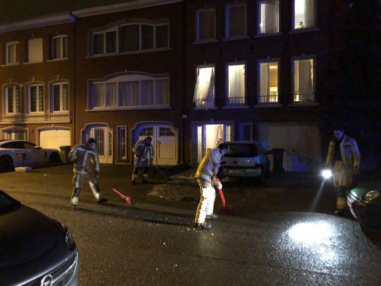 De straat bleef uren afgesloten voor onderzoek door het labo van de politie en de ontmijningdienst DOVO. Rond 5 uur kwam de brandweer de brokstukken opruimen.
