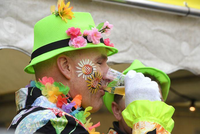 Mensen zetten de bloemetjes buiten op 11 november, want het is de aftrap van het carnavalsseizoen.