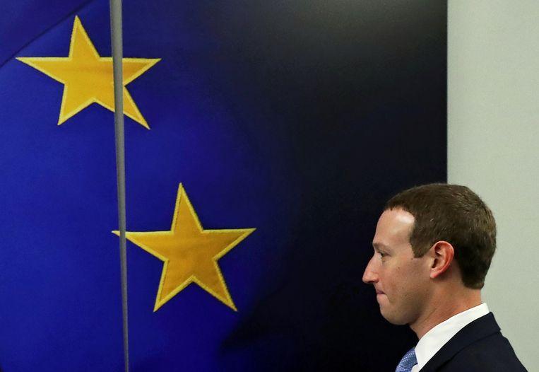 CEO van Facebook Mark Zuckerberg bij een Europese vlag in het gebouw van de Europese Commissie. Archiefbeeld.