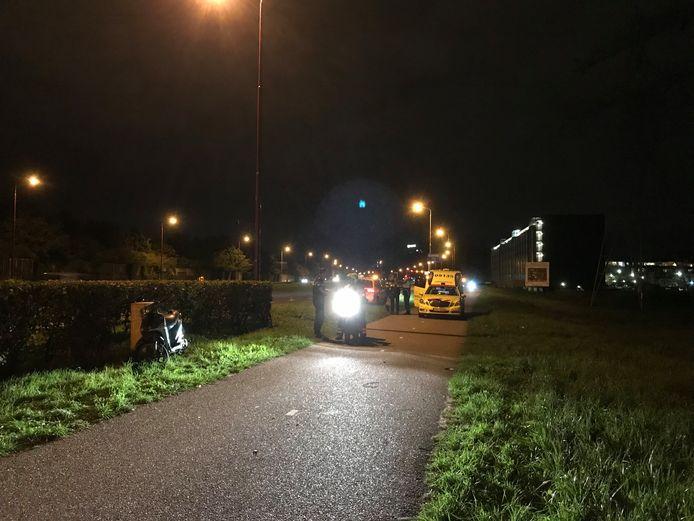 Hulpdiensten in actie na de botsing tussen een fietser en een bestuurder van een scooter in Nieuwegein.