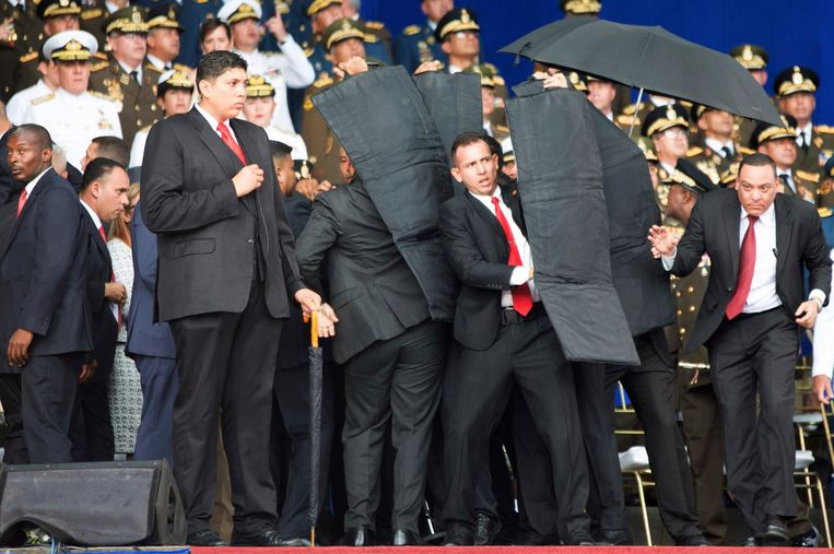 4 augustus 2018. Zijn beveiligers schermen  president Maduro onmiddellijk af van de naderende drones.