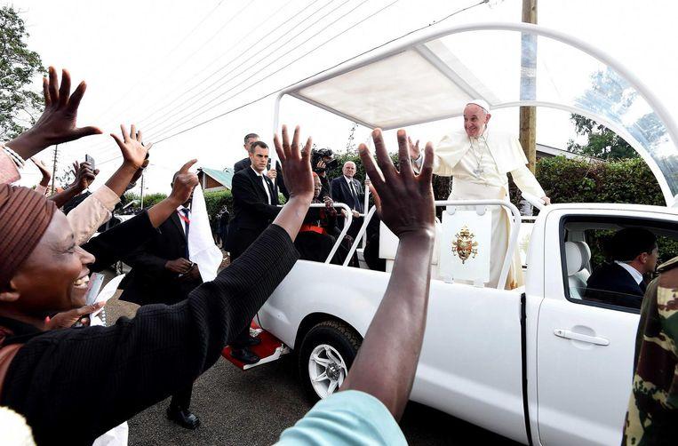Paus Franciscus op bezoek in een sloppenwijk in de Keniaanse hoofdstad Nairobi Beeld epa